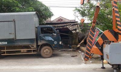 Chở quá trọng tải, chiếc xe hàng lao thẳng vào quán internet