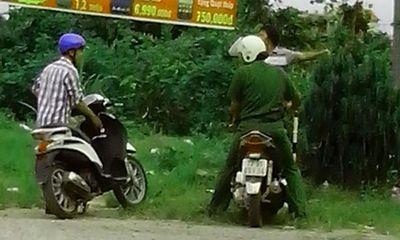Cảnh sát trật tự trắng trợn chặn xe