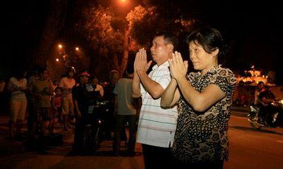 Người dân thăm viếng, khóc thương trước cổng nhà Đại tướng