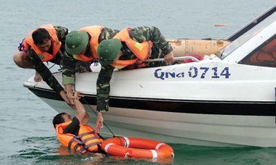 Hải quân cứu tàu cá bị nạn cùng 15 ngư dân trên biển