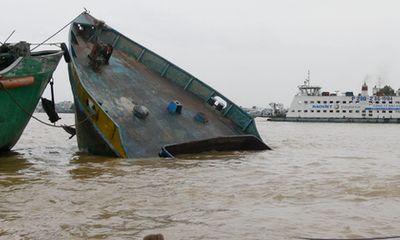Đi tránh bão, một xà lan bị sóng đánh chìm