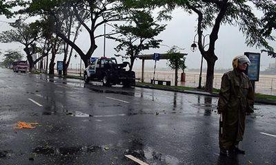 Bão cấp 12 tiến sát bờ: Đà Nẵng mưa to, gió giật mạnh