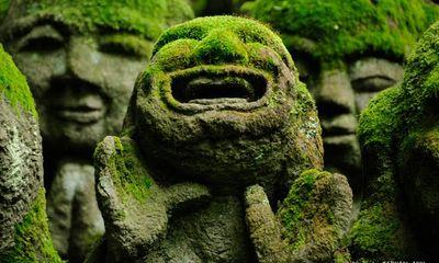 Tượng đá hài hước trong ngôi chùa Phật giáo