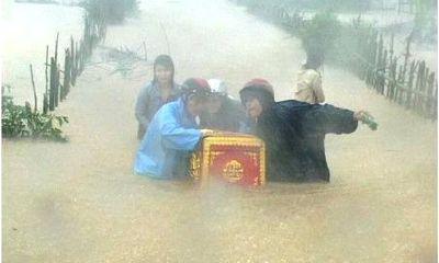 Xót lòng cảnh quan tài trôi giữa dòng nước lũ ở Quảng Bình