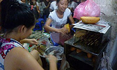 Hà Nội: Loạn đồ ăn vặt cổng trường bao giờ dứt?