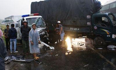 Xe tải đâm vỡ đầu xe công, một công an tử vong