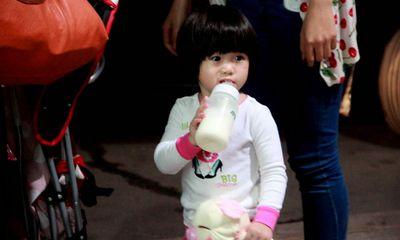 Thúy Nga mang con gái xinh như mộng về Việt Nam