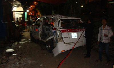 Hiện trường thảm khốc vụ tàu hỏa đâm bẹp taxi