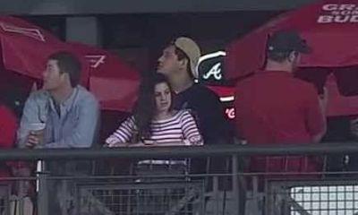 Chán xem trận bóng, hí hửng sờ ngực bạn gái trên khán đài