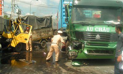 Tai nạn liên hoàn, 4 ô tô biến dạng, 1 phụ xe chết thảm trong cabin