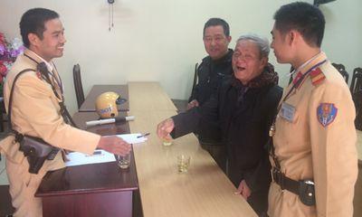 Cụ ông đi tập thể dục bị lạc đường, được CSGT Hà Nội đưa về nhà