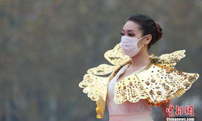 Lạ lẫm với hình ảnh người mẫu đeo vàng ròng bịt khẩu trang