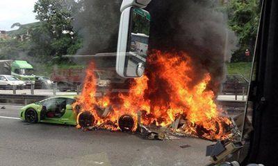 Tai nạn hy hữu: 3 siêu xe 1 triệu đô thành sắt vụn