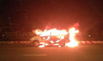 Taxi bốc cháy trên đường, khách nước ngoài bỏ chạy
