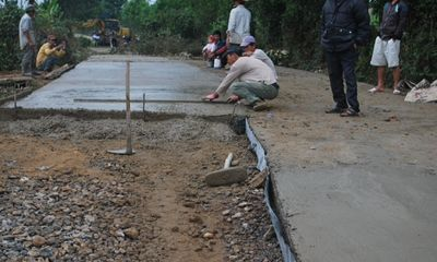 1 km đường nông thôn chủ yếu làm bằng tay có giá...3 tỷ đồng