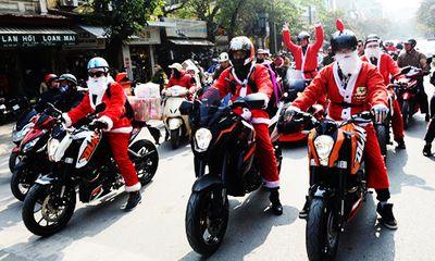Ông già Noel cưỡi môtô khủng đi trao quà trên phố Hà Nội