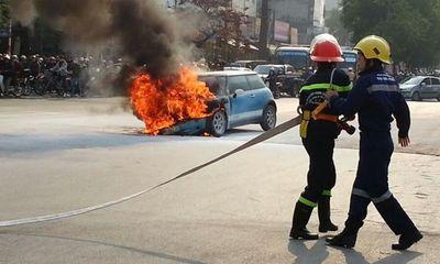 Xe cháy bùng giữa phố, tài xế ôm 2 con nhảy ra ngoài