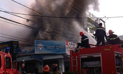 Cháy lớn cạnh Trung tâm thương mại Kon Tum