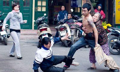 Tin tức 24h: Sự thật vụ con cầm kéo đâm mẹ giữa phố