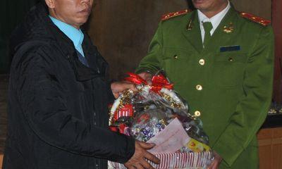 Clip: Ông Nguyễn Thanh Chấn rơi nước mắt nhận quyết định minh oan
