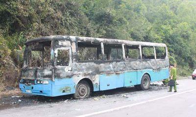 Xe chở 45 công nhân về quê ăn Tết cháy rụi giữa đường