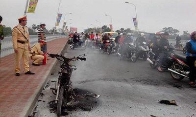 Xe máy đang chạy bỗng dưng bốc cháy dữ dội trên cầu Phú Xuân