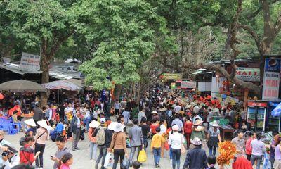 Clip: Hàng vạn du khách về trẩy hội chùa Hương