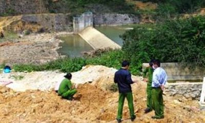 Phát hiện xác chết lõa thể trên mặt hồ thủy điện