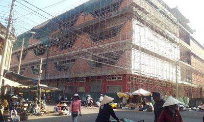 Tiểu thương kéo đến trụ sở tỉnh vì tiền thuê chợ quá cao