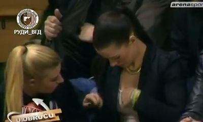 Video: Phản cảm fan nữ nắn ngực nhau trên khán đài