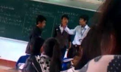 Sa thải thầy giáo đánh nhau với học sinh trên bục giảng