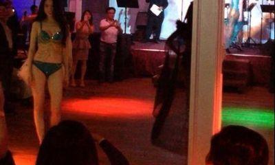 Ngọc Trinh diễn bikini trên sân khấu tuềnh toàng ở Mỹ