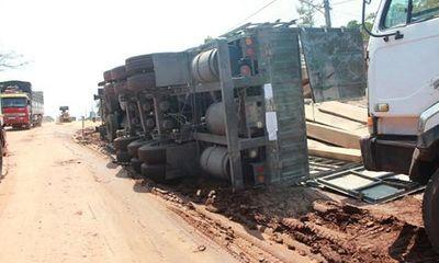 Lại lật xe đầu kéo trọng tải lớn, tài xế thoát chết