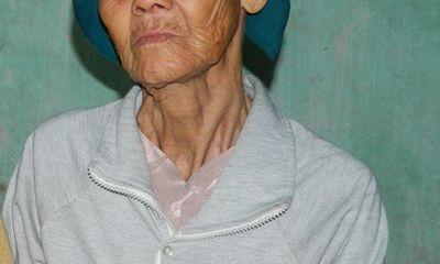 Phẫn nộ con trai đuổi mẹ già gần 80 khỏi nhà