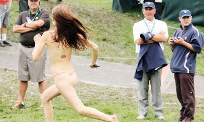 Video: Fan nữ nude lao vào sân sút bóng ghi bàn