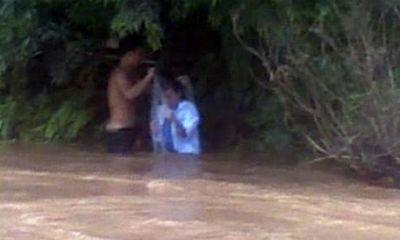 Bộ trưởng Thăng nhắn tin cho cô giáo qua suối bằng túi nylon