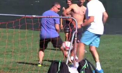 Djokovic trổ tài ghi bàn trên sân bóng như Messi