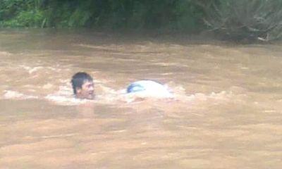 Vụ người dân chui túi nilon qua suối: