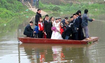 Cô dâu đu dây qua sông về nhà chồng giữa Hà Nội