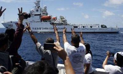 """Trường Sa: Tàu Philippines """"qua mặt"""" tàu Trung Quốc"""