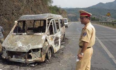 Xe khách bất ngờ bốc cháy dữ dội khi đang lưu thông