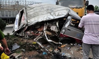 Xe tải tông nát xe khách, 12 người bị thương nặng