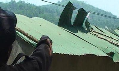 Lốc xoáy kinh hoàng, hàng trăm mái nhà bị cuốn phăng