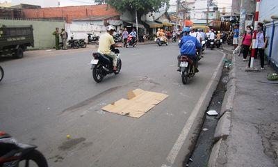 Sau va chạm xe máy, một phụ nữ bị xe tải cán chết
