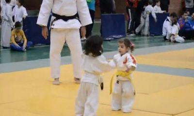 """Clip: Trận Judo """"gay cấn"""" của 2 nữ võ sĩ dưới 5 tuổi"""