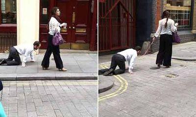 Kỳ lạ người phụ nữ dắt một quý ông như dắt chó đi dạo