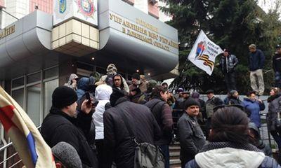Những người biểu tình tiếp tục chiếm công sở ở miền đông Ukraina