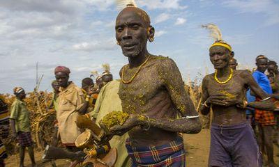 Choáng với nghi lễ bôi phân bò ở Ethiopia