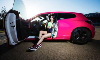 Kiều nữ tạo dáng nhí nhảnh bên xế đỏm Volkswagen Scirocco
