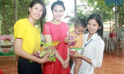 Trang Trần, Trà Giang trao quà từ thiện do trẻ em HIV ở Ba Vì